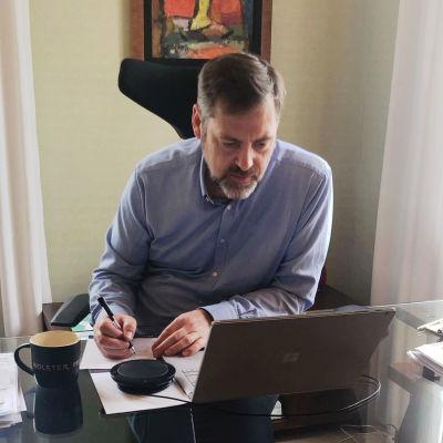 Företaget Kolsters vd Timo Helosuo distansjobbar i sitt hem under coronakrisen.