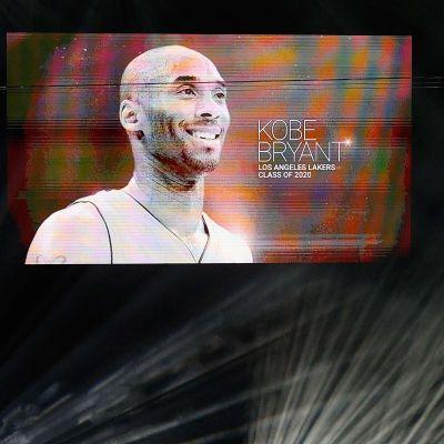 Kobe Bryants bild projiceras under Hall of Fame-ceremonin.