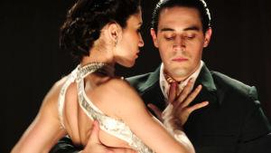 Mies ja nainen tanssimassa tangoa.