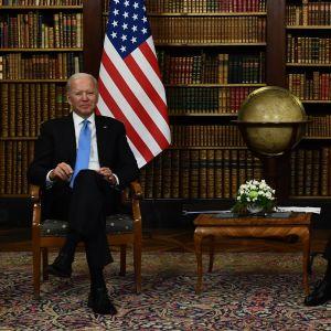 Joe Biden och Vladimir Putin sitter bredvid varandra.