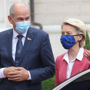 Sloveniens premiärminister Janez Jansa tar emot EU-kommissionens ordförande Ursula von der Leyen i staden Kranj.