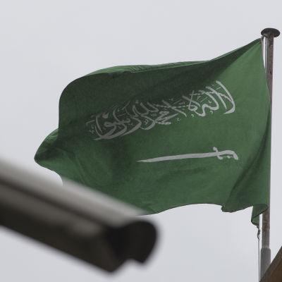 Saudiarabiens flagga fladdrar intill en övervakningskamera utanför Saudiarabiens konsulat i Istanbul.