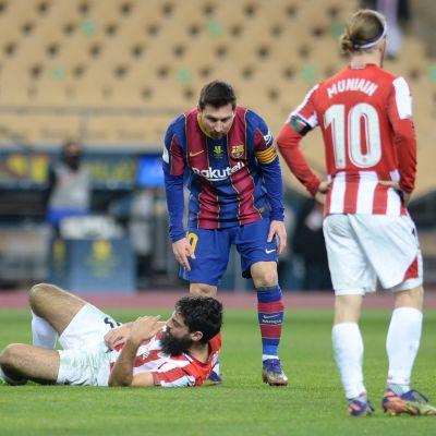 Lionel Messi tarkistaa, missä kunnossa Athletic Bilbaon Asier Villalibre on.