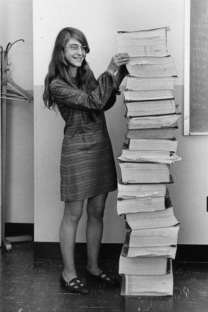 Margaret Hamilton och hennes utskrivna kod för Apollo 11.