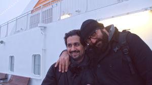 Hamy Ramezan ja Ali Jahangiri laivan kannella kaulakkain