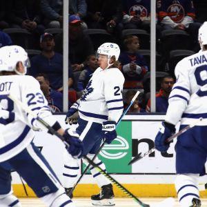 Kasperi Kapanen firar sitt mål mot New York Islanders.