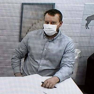Perussuomalaisten vaalipäällikön Pekka Katajan murhayrityksestä epäilty, Jyväskylän kaupunginvaltuutettu Teemu Torssonen videoyhteydellä pakkokeinoistunnossa Keski-Suomen käräjäoikeudessa Jyväskylässä 16 lokakuuta 2020.