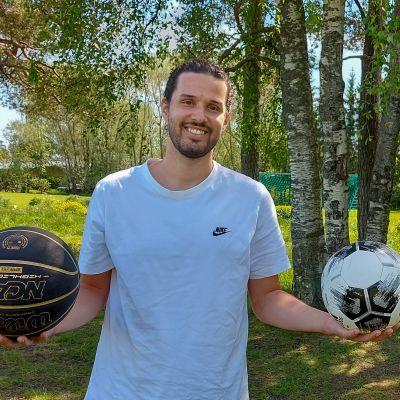 Mies pitelee käsissään jalkapalloa ja koripalloa