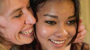 Ohjaaja Anna Korhonen haluaa selvittää millaisista oloista hänen tyttärensä on lähtöisin.