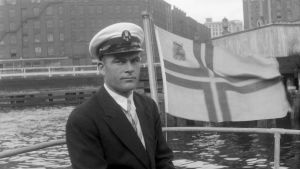 Uno i sin båt med finländsk flagga.