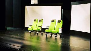 Scenen på Wasa Teater inför Pleppo två består till en början bara av två tågbänkar.