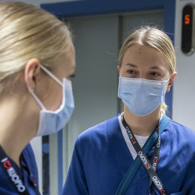 Två skjukskötare som diskuterar