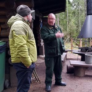 Niko Lehtola, Veli-Matti Mettinen ja Risto Valkeapää juttelevat laavulla