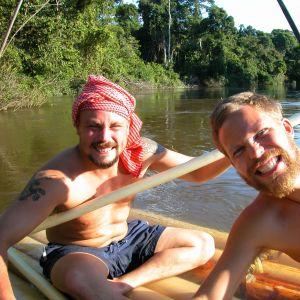 Madventuresin Tunna Milonoff ja Riku Rantala joella irvistävät kameraan.