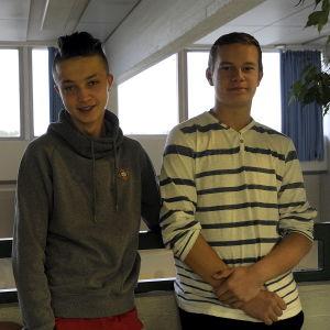 Pojkarna Jesper Norrgård och Kajus Dauksa, närpes högstadieskola, inomhus