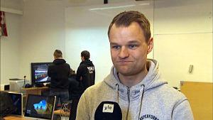 Peter Siegfrids coachar e-sportarna i Närpes.