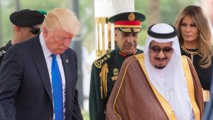 President Donalnd Trump tas emot av kung Salman av Saudiarabien. I bakgrunden melania Trump.