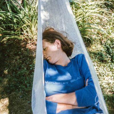 Privat foto där Linda Bishop somnat i en hängmatta.