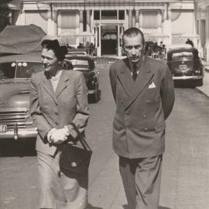 en kvinna och en man i en fransk stad