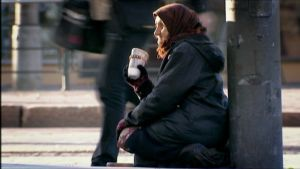 äldre romsk tigger i Helsingfors centrum