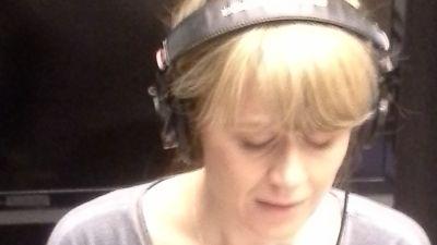 Sonja Ahlfors läser i studion