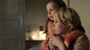 Alma Pöysti och LIv Wikström som mor och dotter i Anna Bloms novellfilm