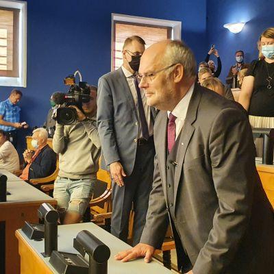 Alar Karis tar emot Riigikogus applåder efter att han vann presidentvalet i Estland