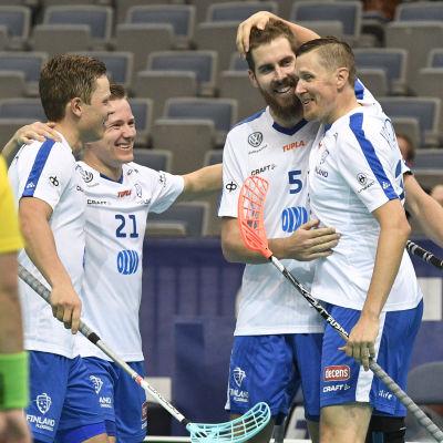 Finlands lag med bland annat Mika Kohonen jublar efter ett mål