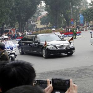 Kim Jong-Uns kortege kör genom Hanoi.
