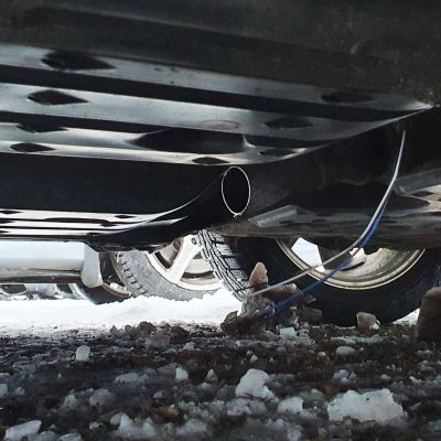 Underredet på en bil, där katalysatorn skurits loss.