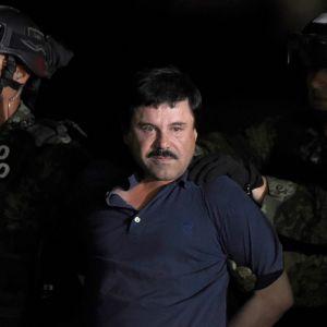 """Joaquín """"El Chapo"""" Guzmán eskorteras till en helikopter på Mexiko Citys flygfält. Januari 2016 k"""