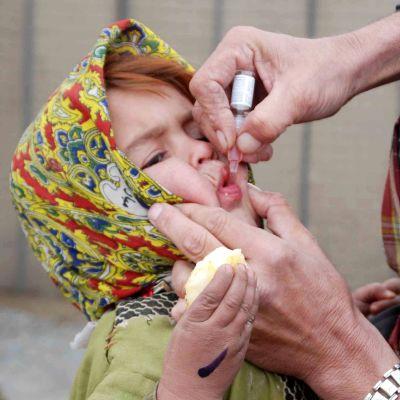 Barn ges poliovaccin i Pakistan 23.11.2013