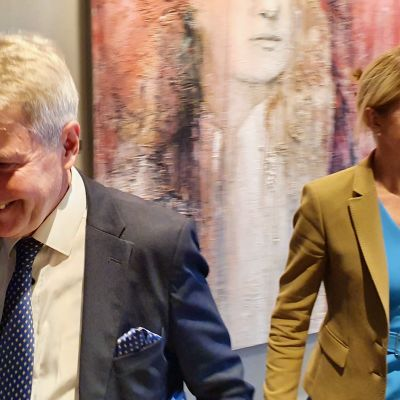 Utrikesminister Pekka Haavisto i förgrunden och Estlands utrikesminister Eva-Maria Liimets i bakgrunden.