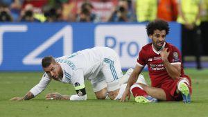 Sergio Ramos och Mohamed Salah efter en närkamp i Champions League-finalen 2018.