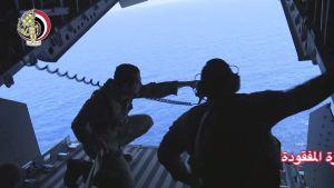 Den egyptiska flottans spaningsplan deltar i operationen för att finna och bärga vrakdelar från olycksplanet som hade 66 människor ombord då det störtade