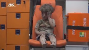 Bild av ett barn som sitter i ambulans efter att ha skadats i en flygräd mot ett rebellkontrollerat område i Aleppo i Syrien. Bilden har publicerats av en grupp som motsätter sig den syriska regeringen.