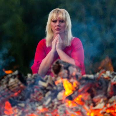 """Kivun kasvot -näyttelystä """"Toivoisinko sittenkin"""". Anne Karvonen kärsii kivuliaasta monimuotoisesta CRPS-oireyhtymästä."""