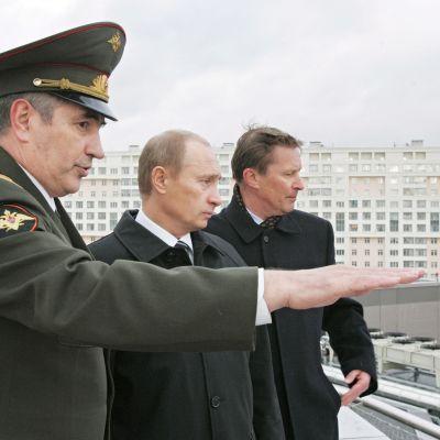 GRU:s förre chef Valentin Korabelniko visar spionorganisationen högkvarter i Moskva för president Vladimir Putin