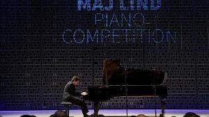 Ukrainalaispianisti Roman Lopatynskyi lavalla Maj Lind -pianokilpailun alkuerässä.