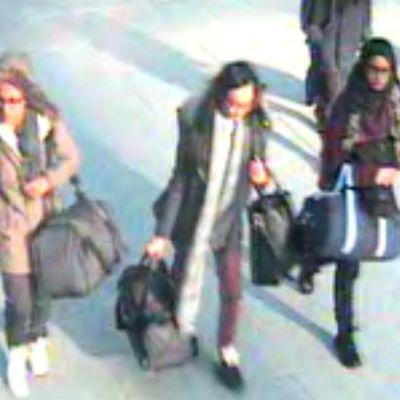De brittiska tonrångarna Amira Abase, Kadiza Sultana och Shamima Begum på flygplatsen Gatwick söder om London.