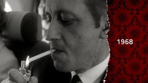 En svartvit bild av en man som tänder en cigarett