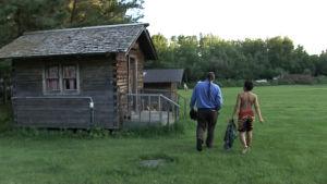 Två findianer går på ett litet hus gårdsplan