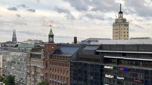Torn och kyrktinnar över hustaken i Helsingfors