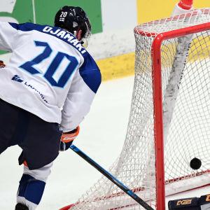 Niko Ojamäki gör mål mot Sverige i EHT-turneringen i Stockholm.