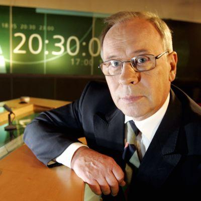 Kari Toivonen i Yles tv-studio under den sista arbetsdagen den 24 maj 2005.
