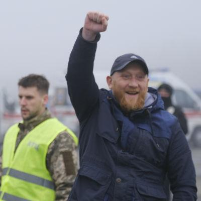 Glada fångar i samband med utväxlingen vid gränsposteringen Majorsk nära staden Horlivka, i Donetsk-regionen.