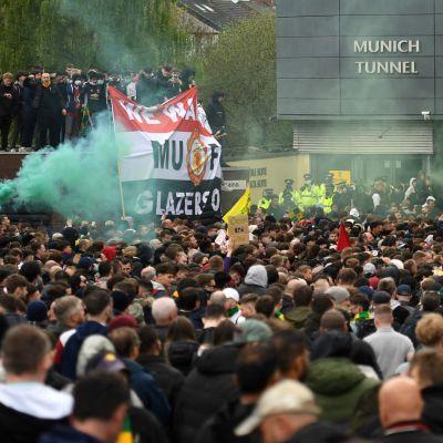 Man United-supportra protesterar utanför Old Trafford.