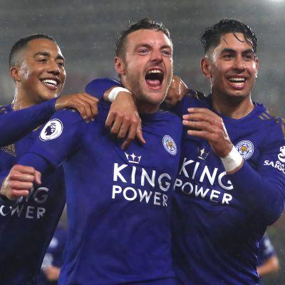 Leicesterin Jamie Vardy juhlii maaliaan, kavereina Youri Tielemans ja Ayoze Perez