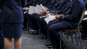 Studerande vid polisyrkeshögskolan avlägger polisens etiska ed.