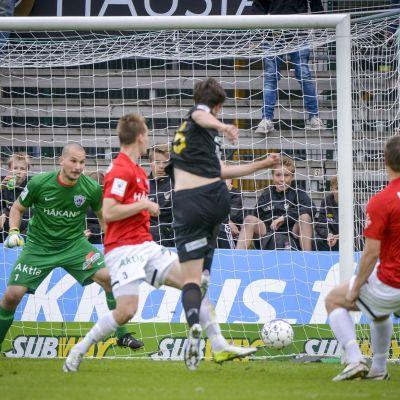 Väisänen gör mål mot FC Inter.